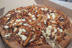 Pizza-Hut's-Cheesy-Beef-Poutine-Pizza